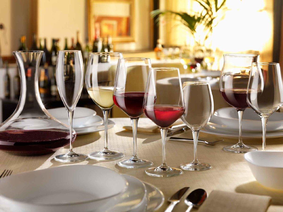 Фото бокалов для напитков на столе