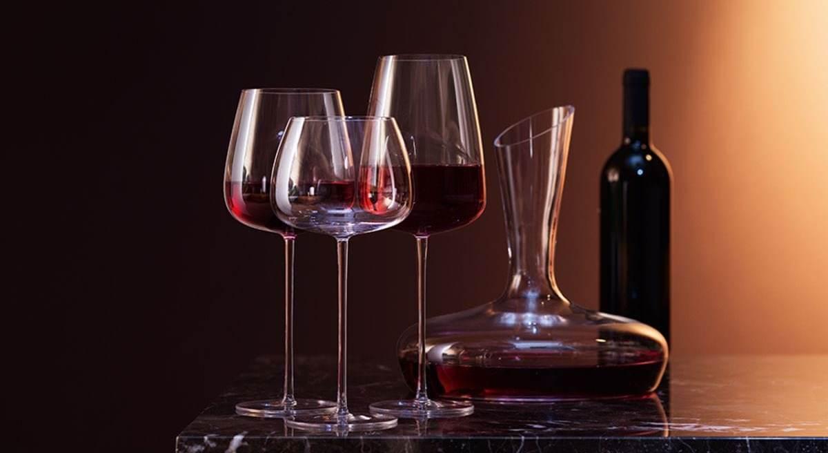 Графин с вином и бокалами