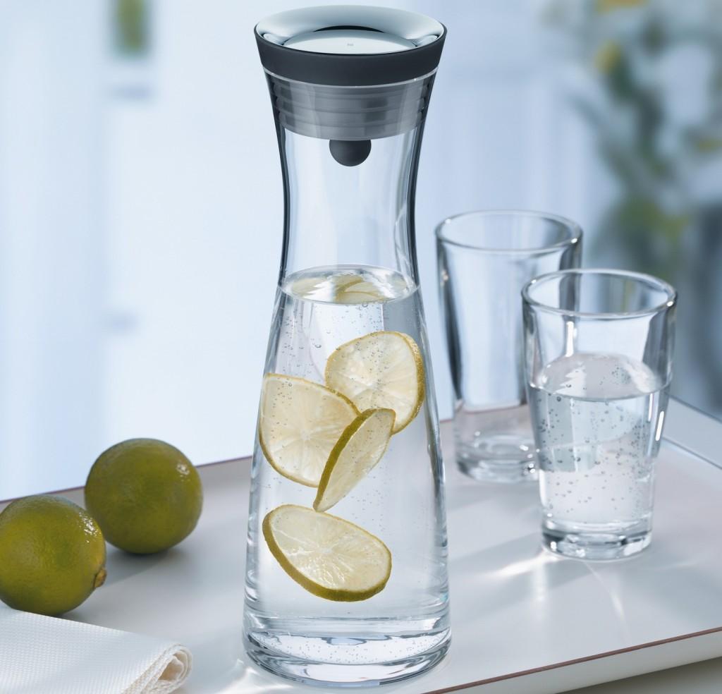 Графин с водой и лимоном