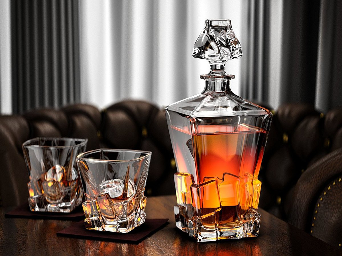 Хрустальный графин с виски на столе