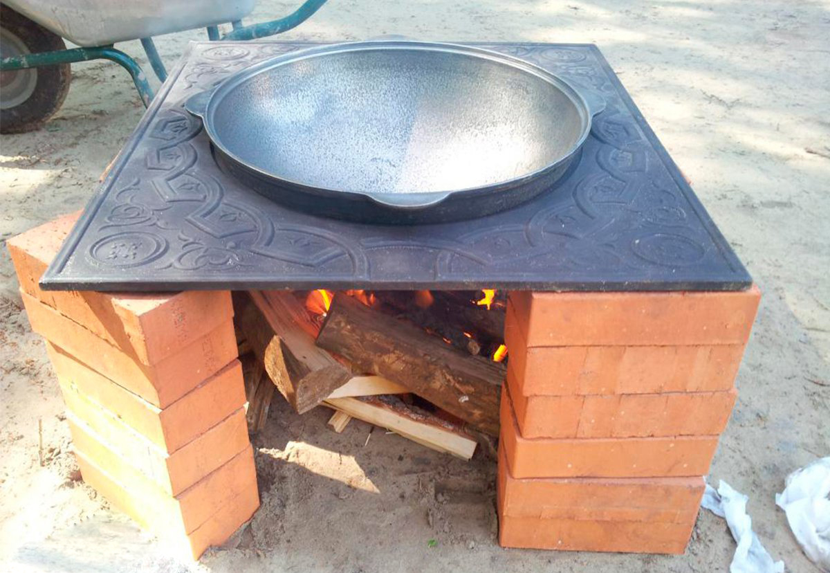Мангал с чугунной плитой