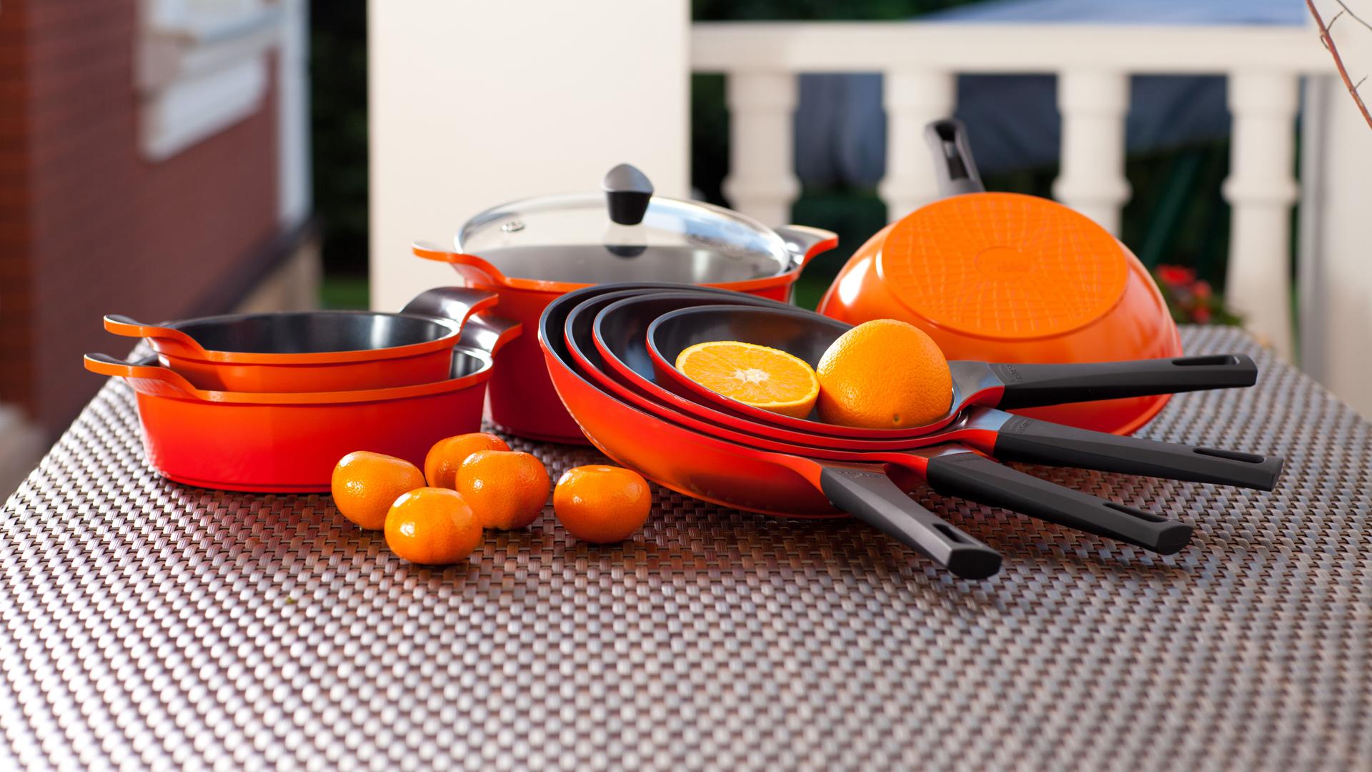 Набор сковородок на столе