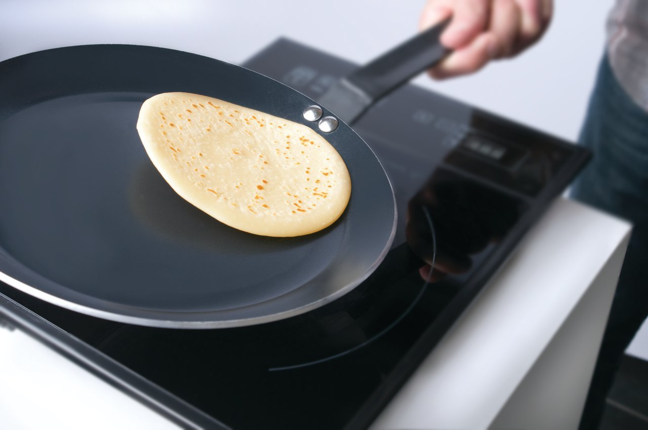 Сковорода блинная на плите