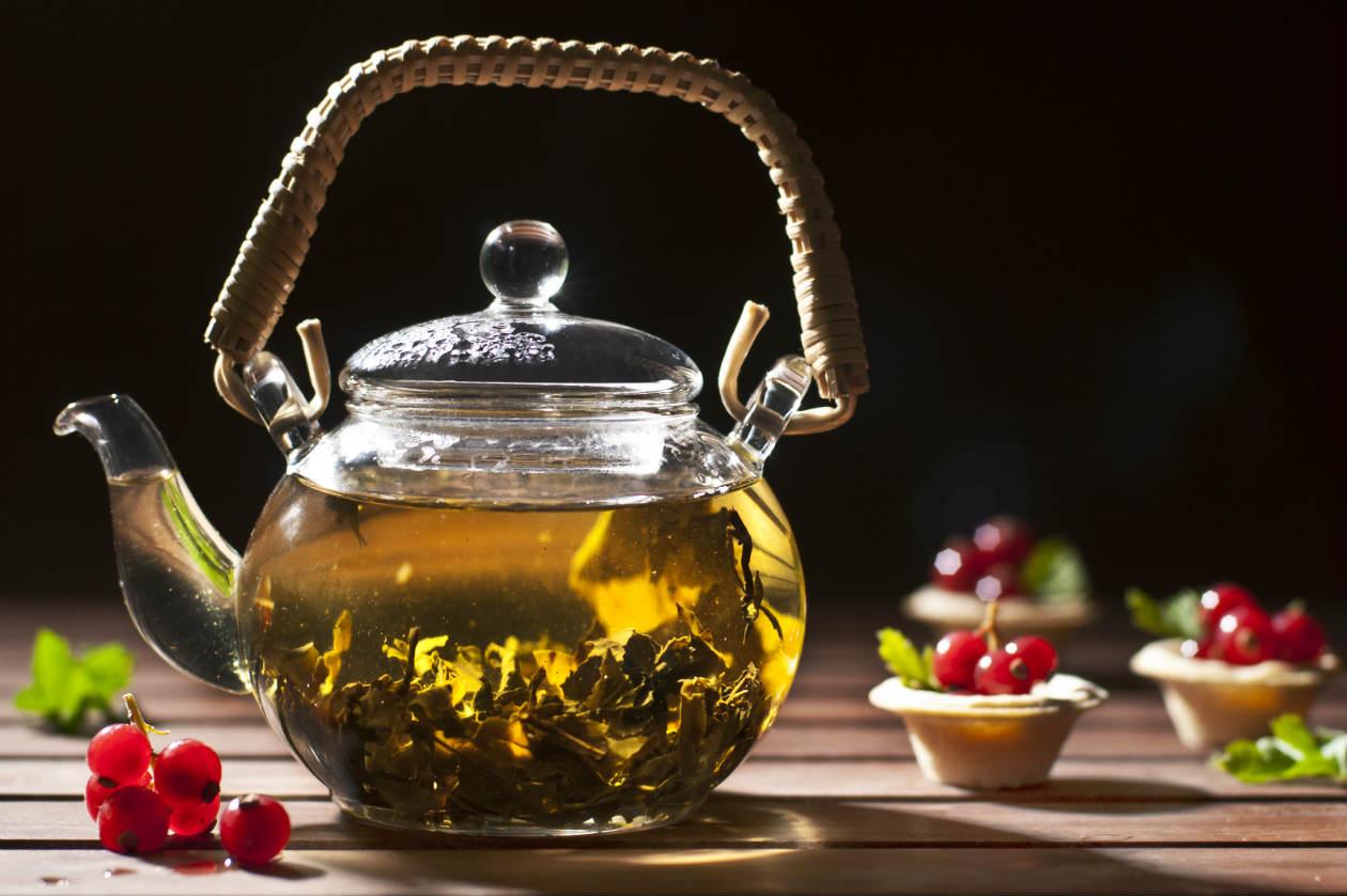 Заварочный чайник на столе