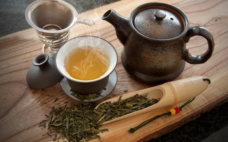 Заварочный чайник с зеленым чаем