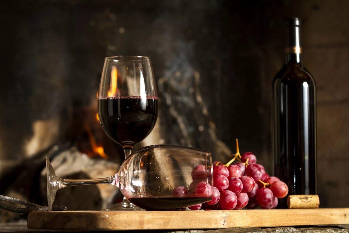 Бокал с красным вином
