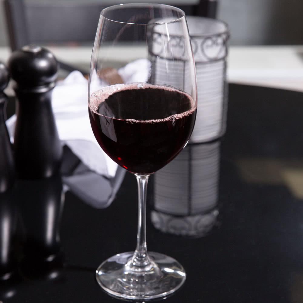 Бордосский бокал с вином