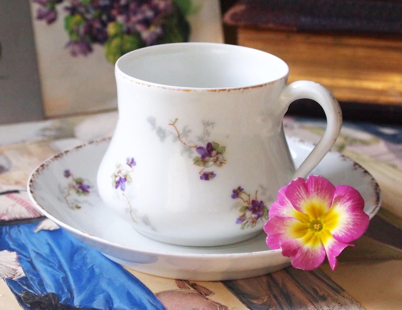 Фото фарфоровой чашки на столе