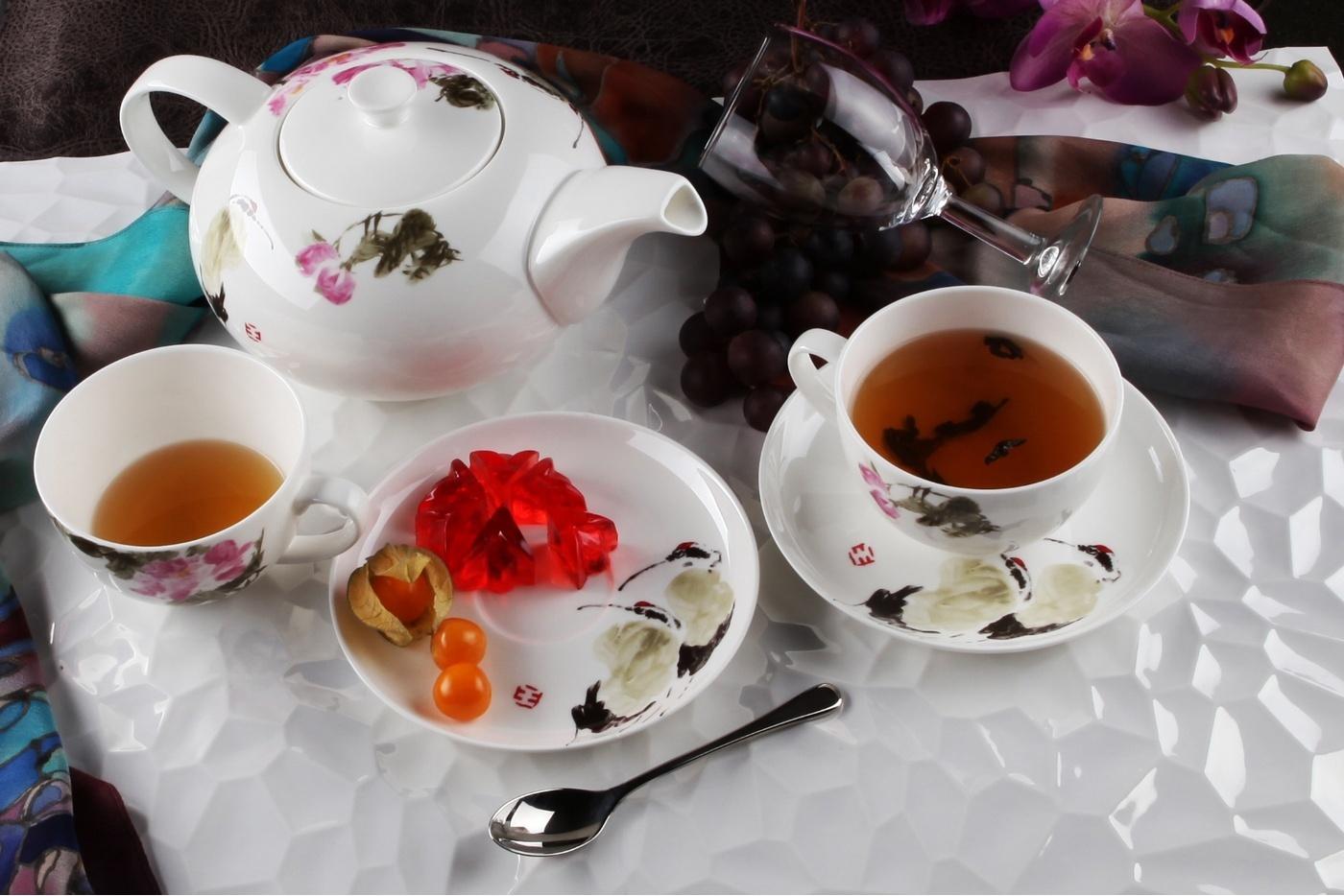 Фарфоровый сервиз с чаем