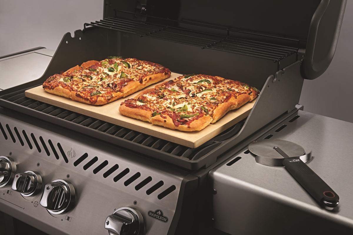 Пекарские камни с пиццей