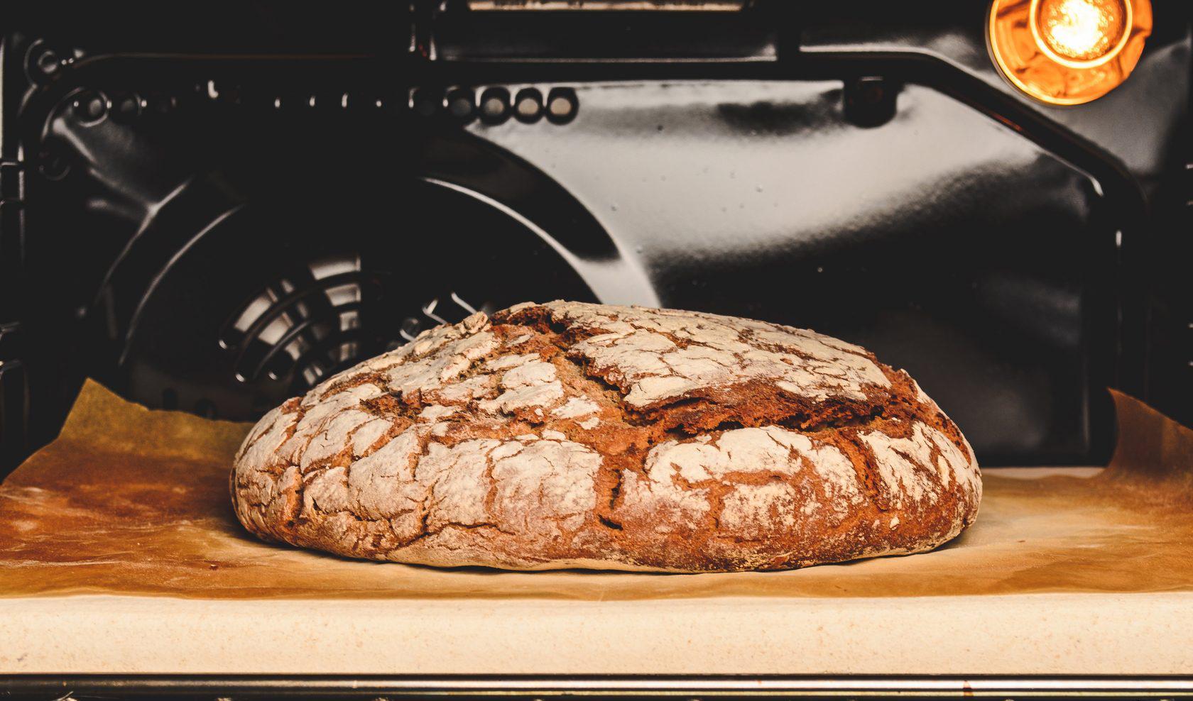 Пекарский камень с хлебом