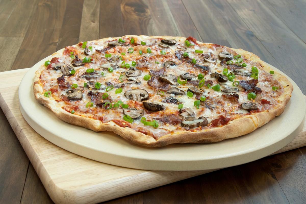 Пекарский камень с пиццей