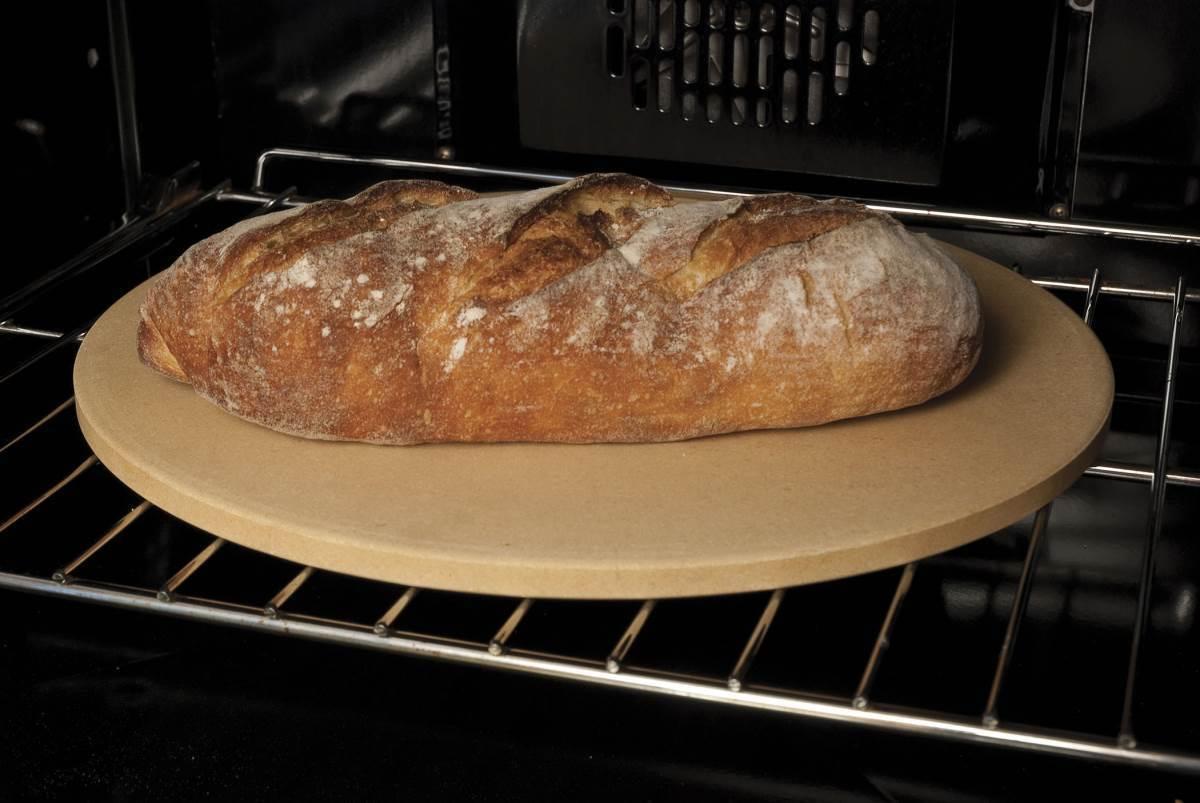 Пекарский камень с выпечкой