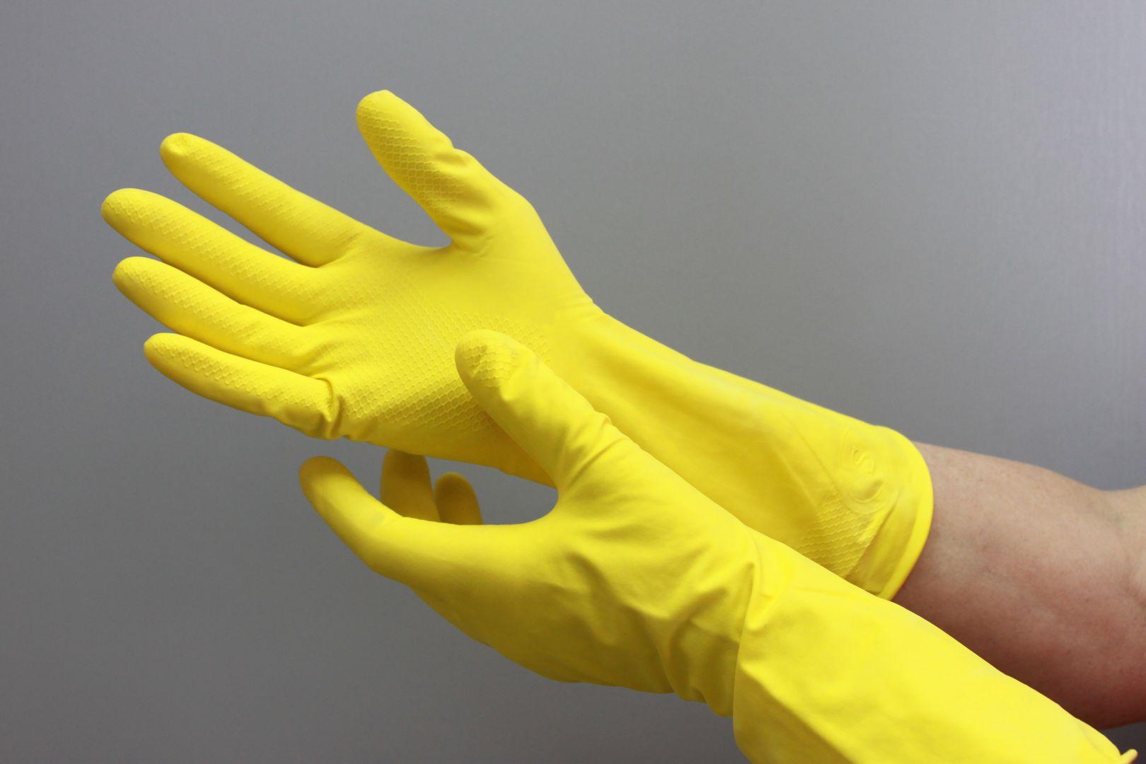 Руки в резиновых перчатках