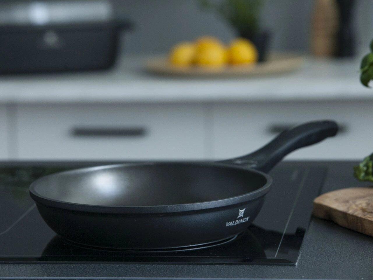 Фото тефлоновой сковороды на плите