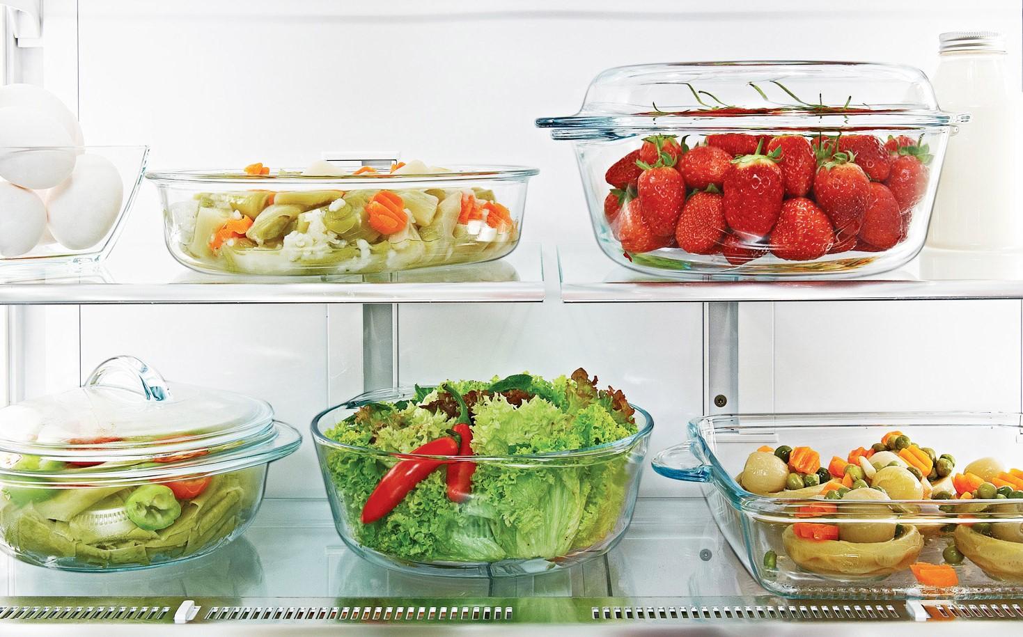 Посуда с едой в холодильнике