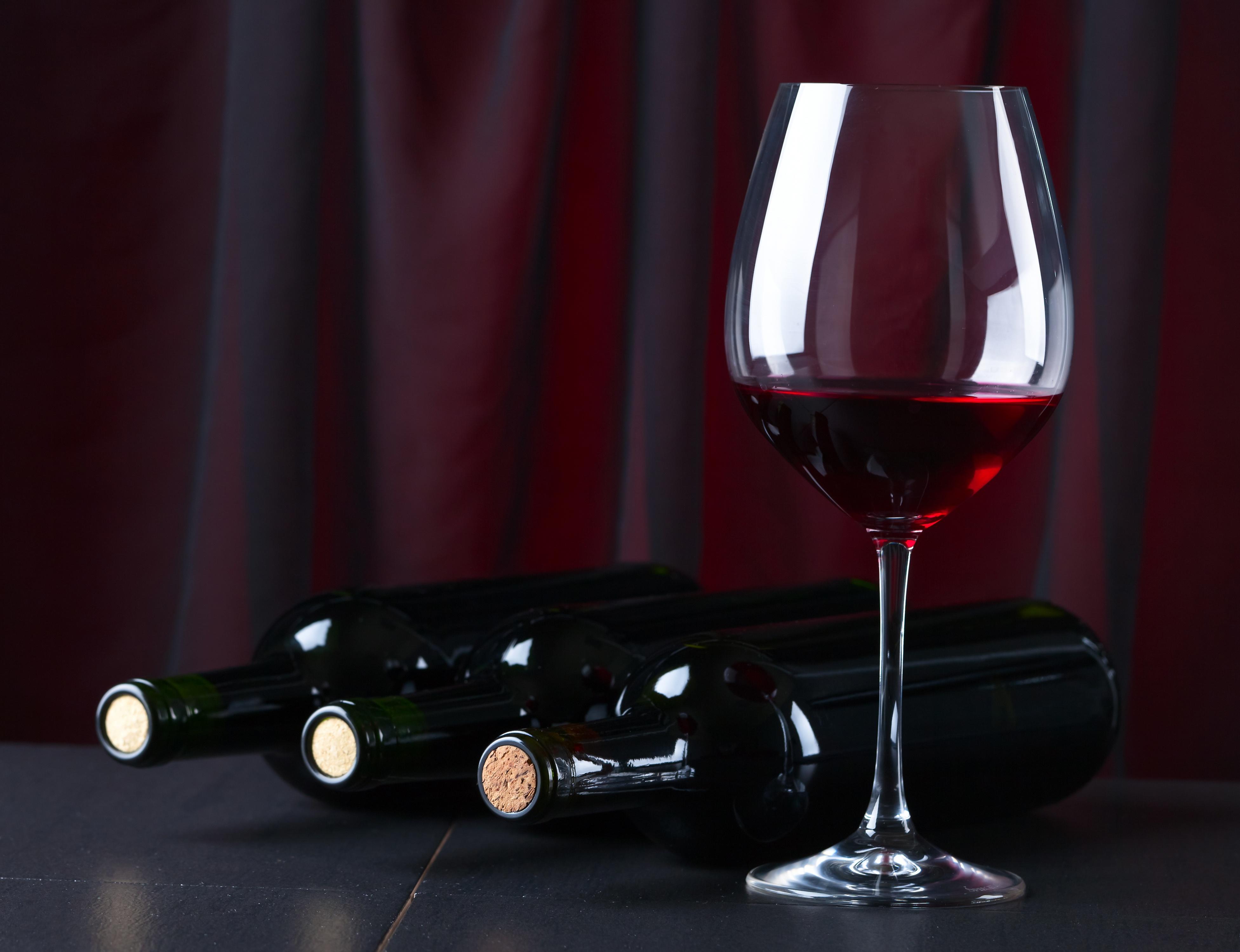 Фото бокала с красным вином