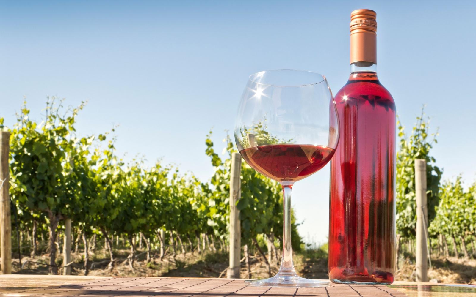 Бокал с розовым вином