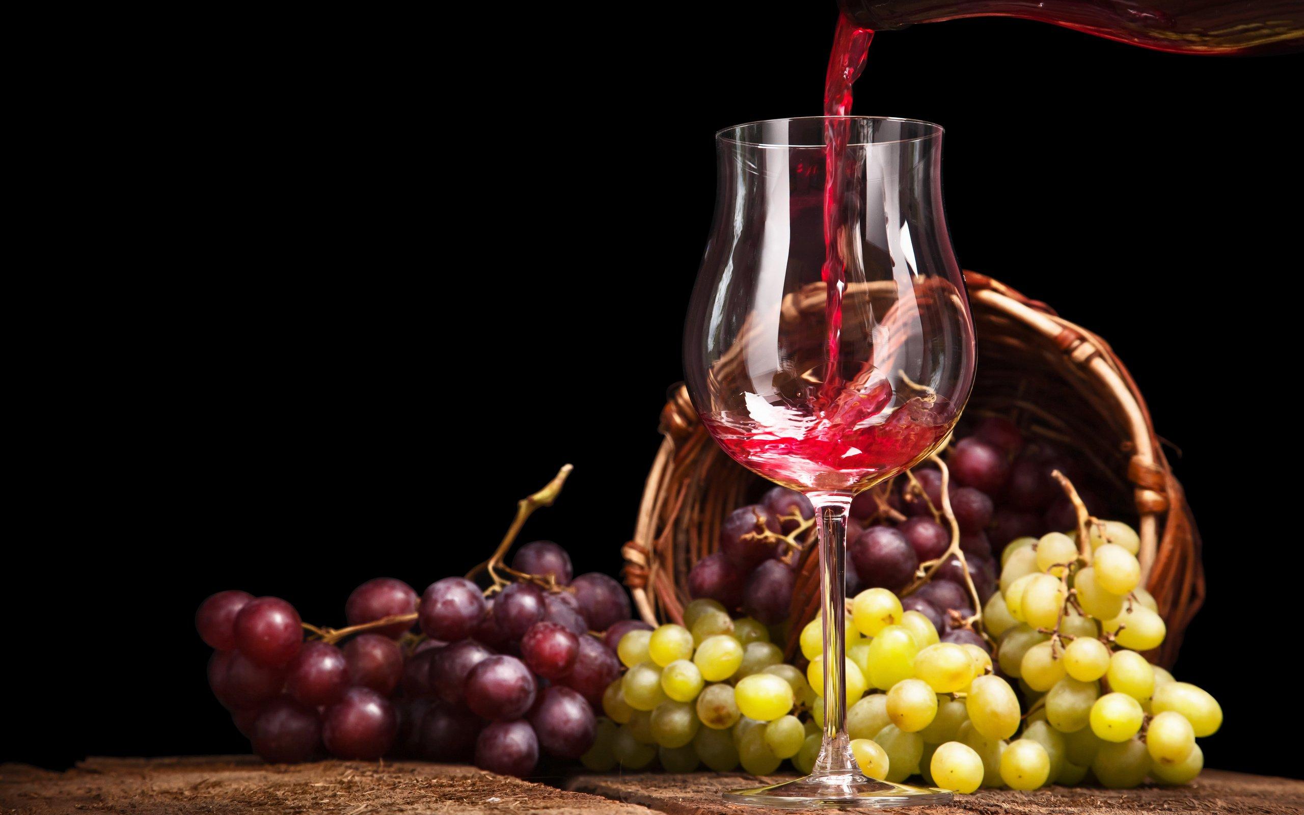 Бокал с вином в форме тюльпана