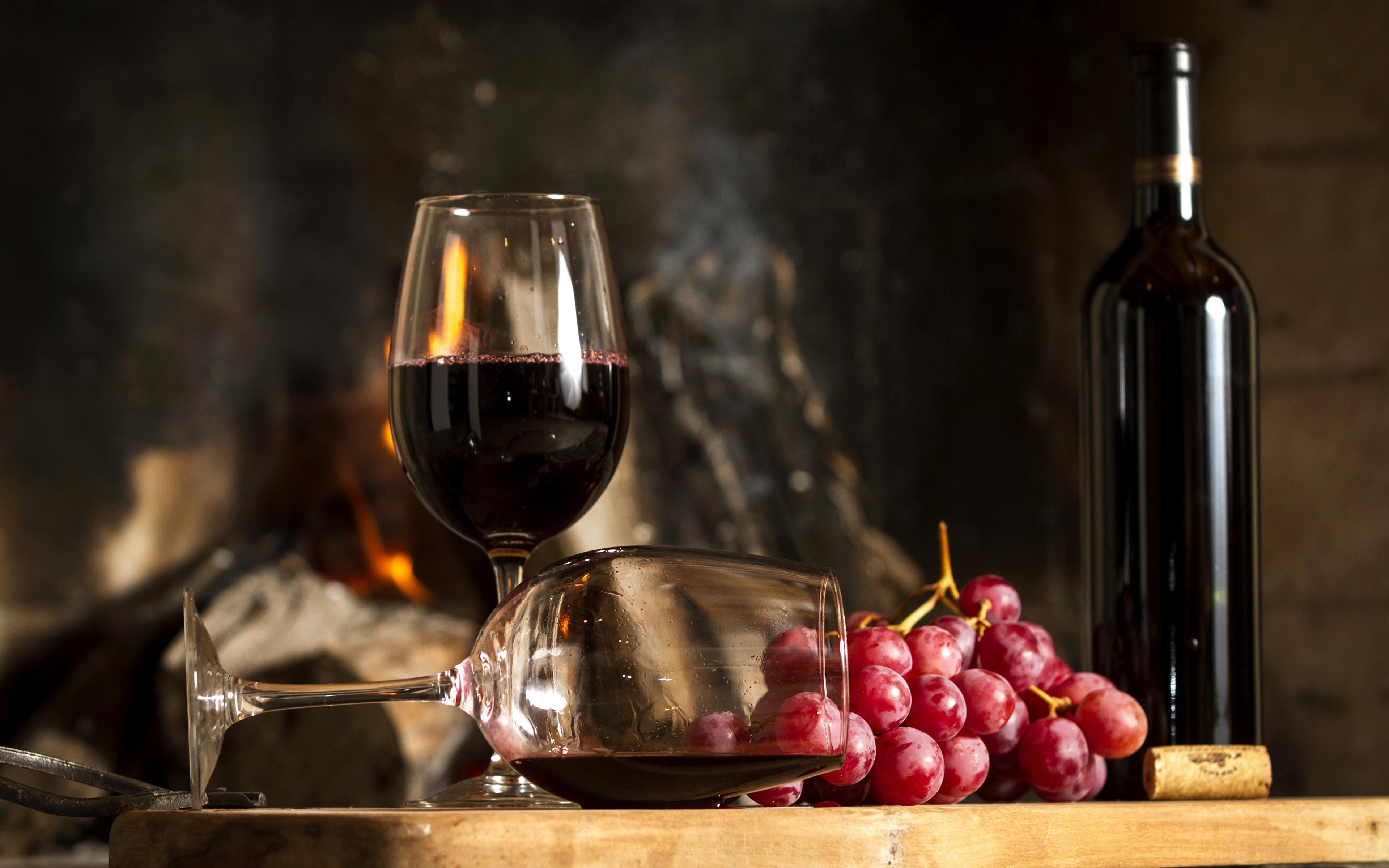 Бокалы и бутылка вина