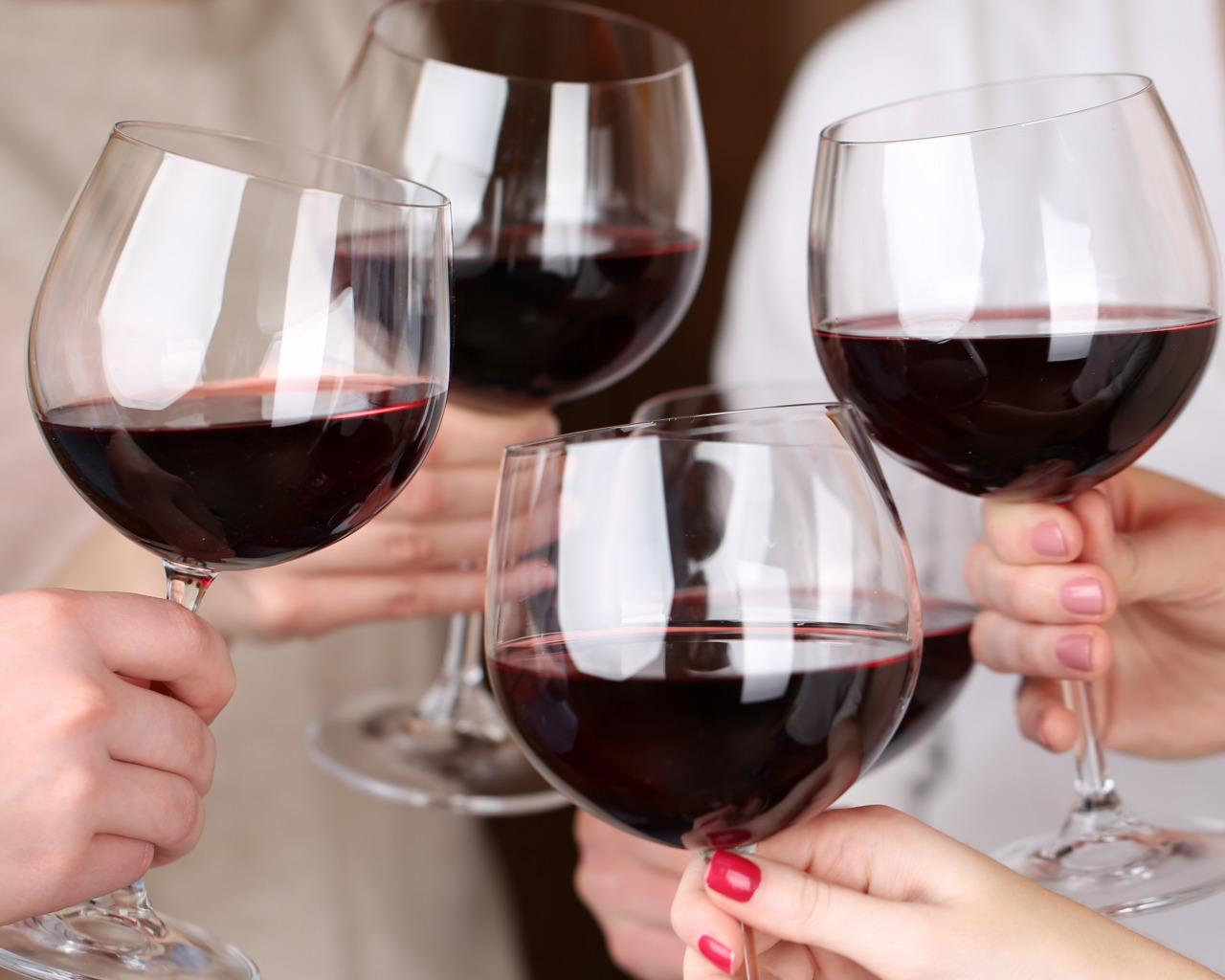 Бокалы с вином в руках