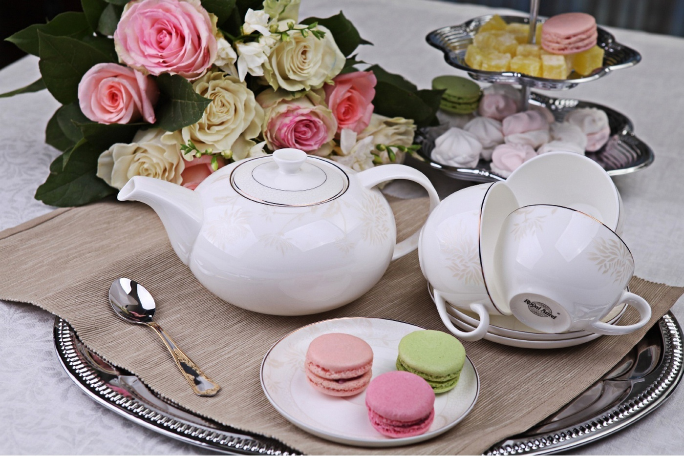 Фото чайного сервиза на столе