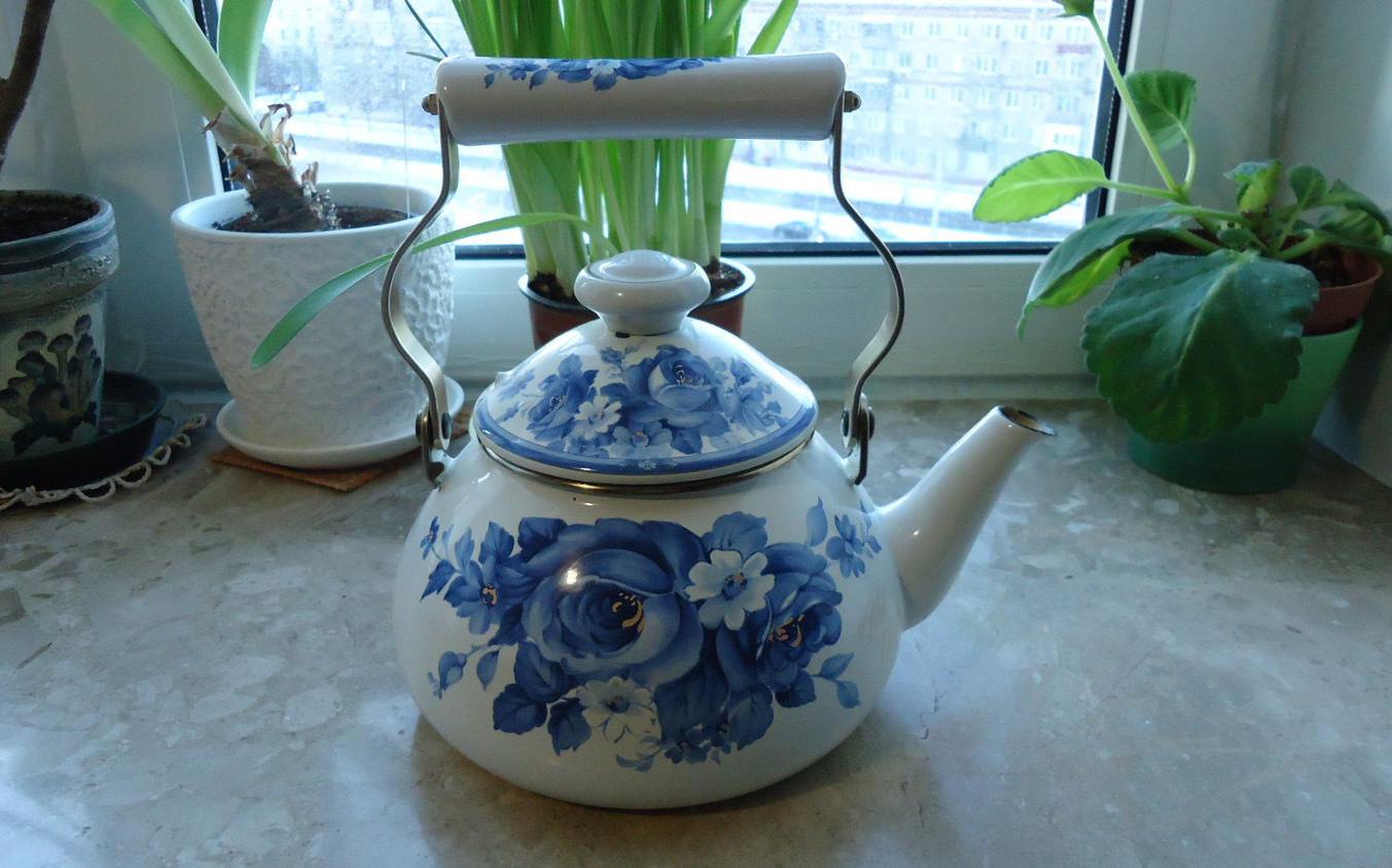 Эмалированный чайник на кухне