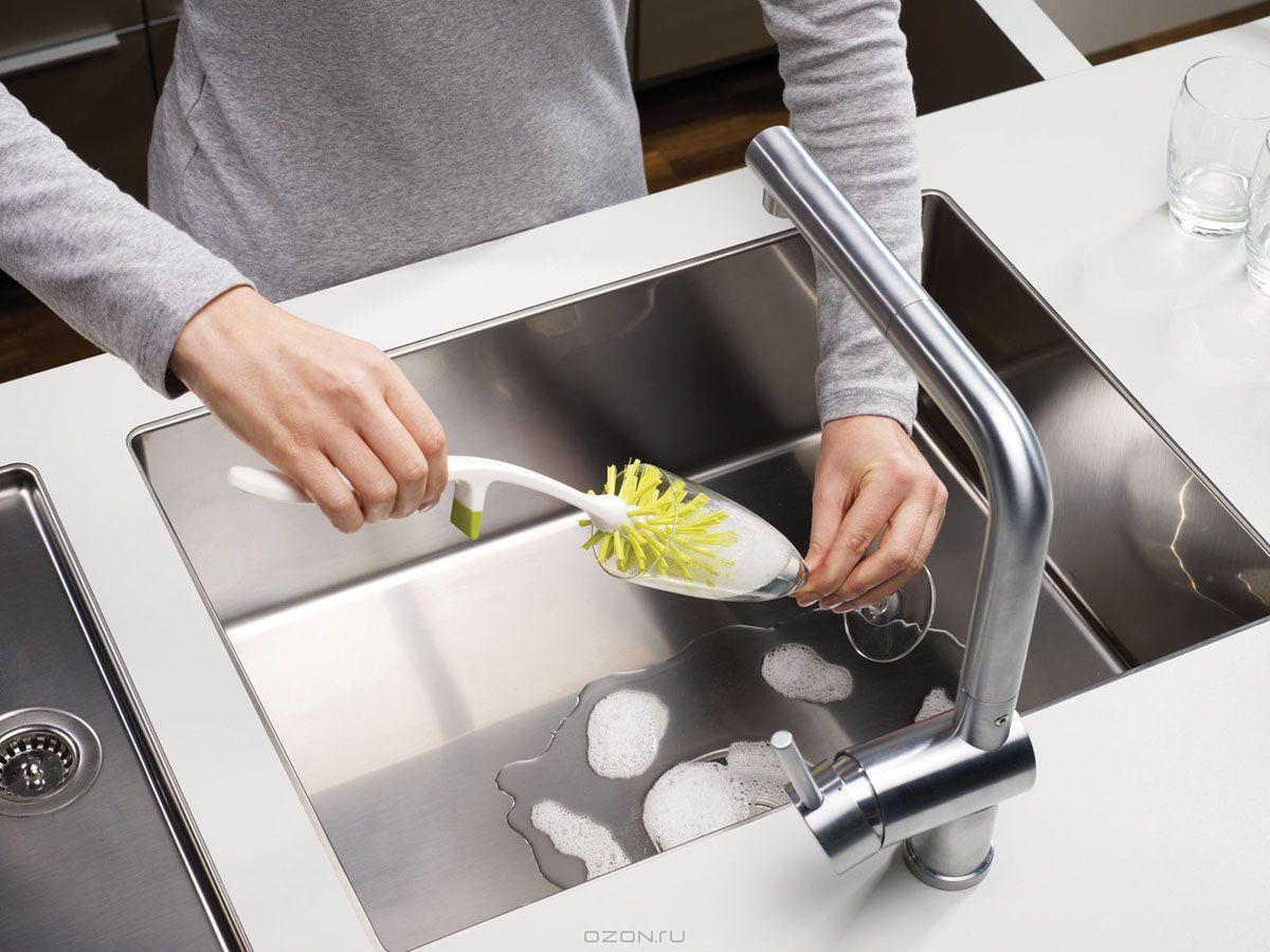 Мытье бокала щеткой