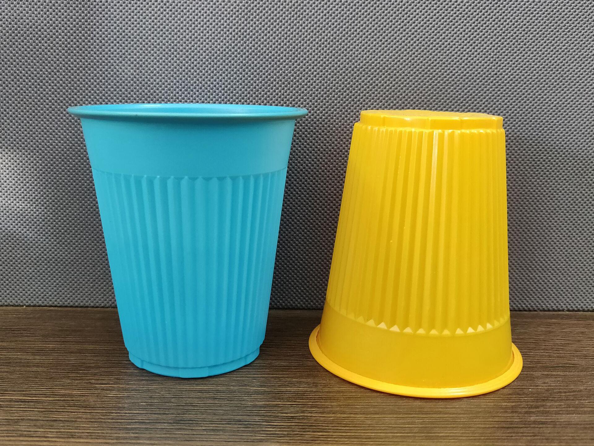 Одноразовые пластиковые стаканчики