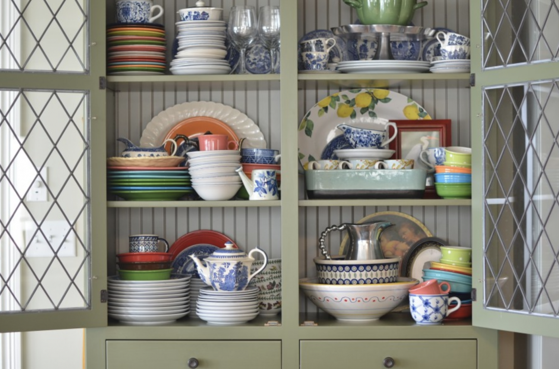 Фото посуды в шкафу