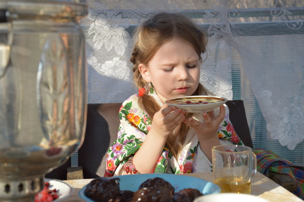 Ребенок с блюдцем