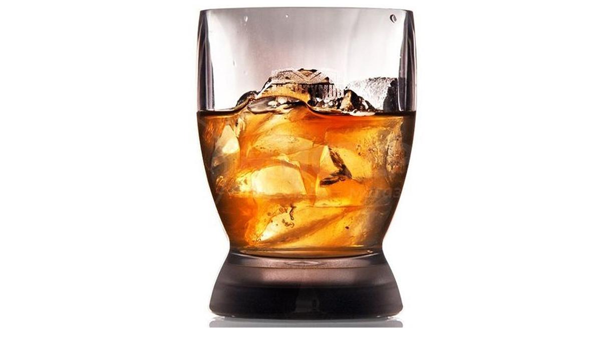 Рокс бокал с виски со льдом