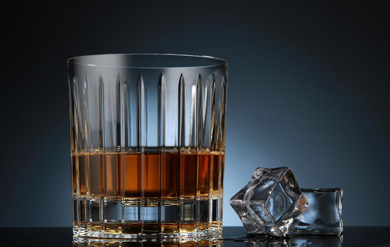 Стакан с виски и льдом