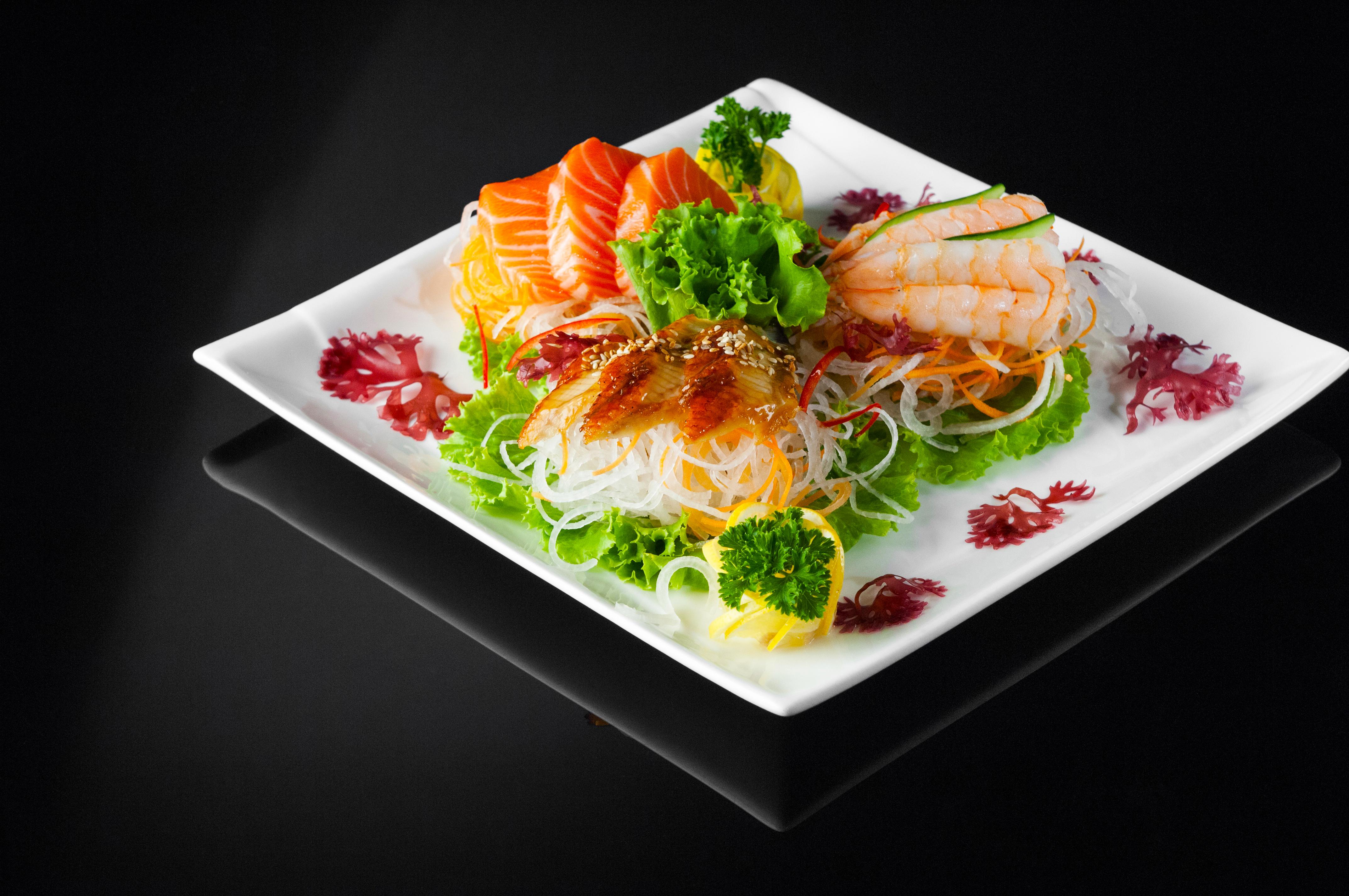 Белая тарелка с блюдом