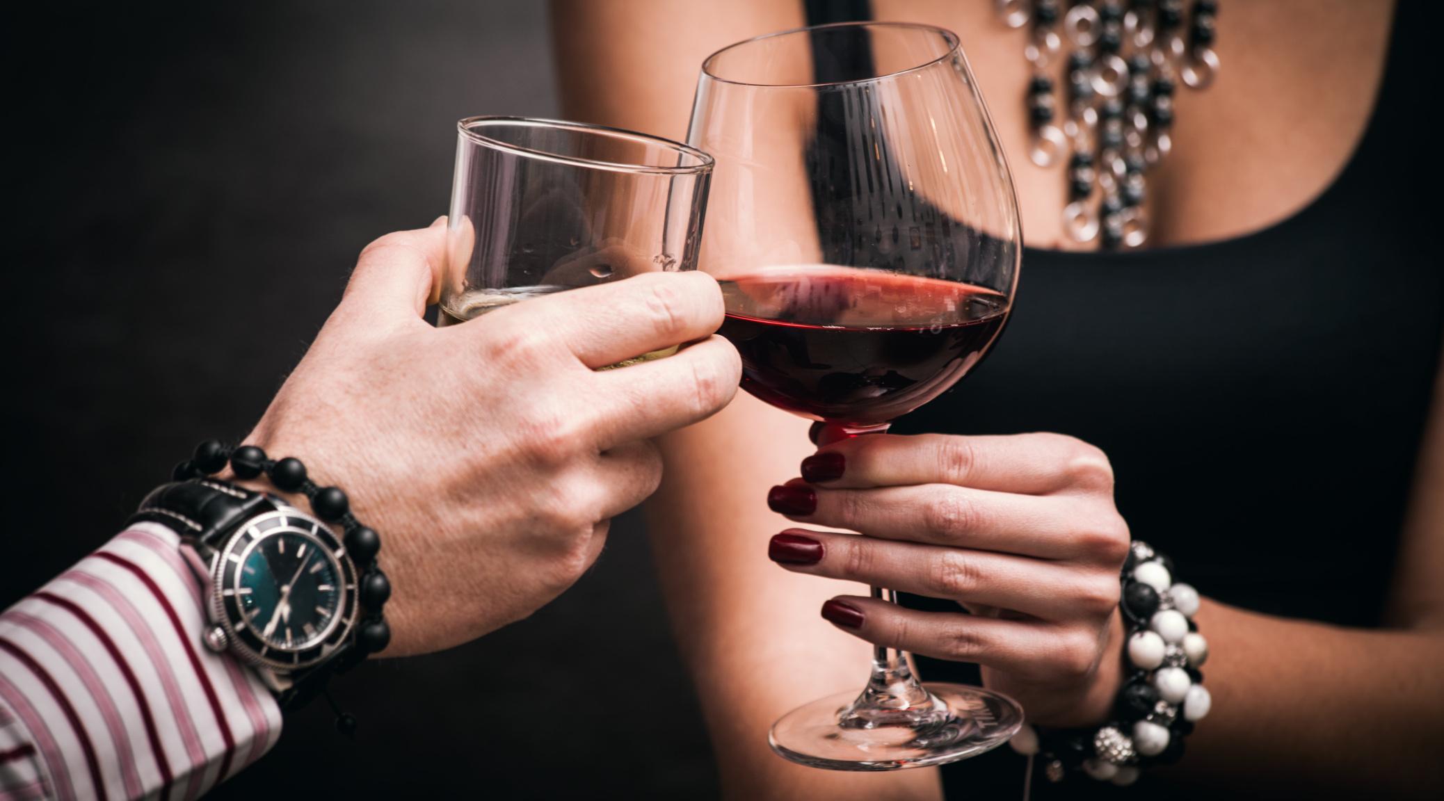 Бокал с вином в руке девушки