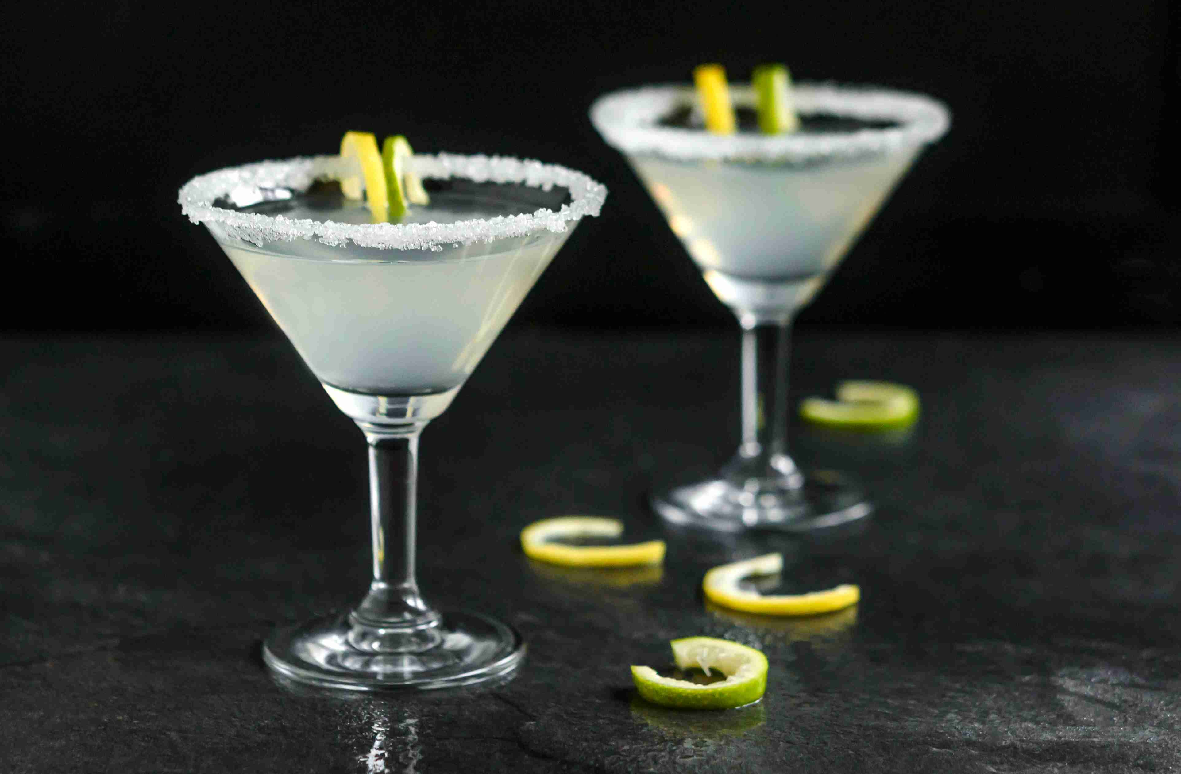 Бокалы с мартини и сахаром