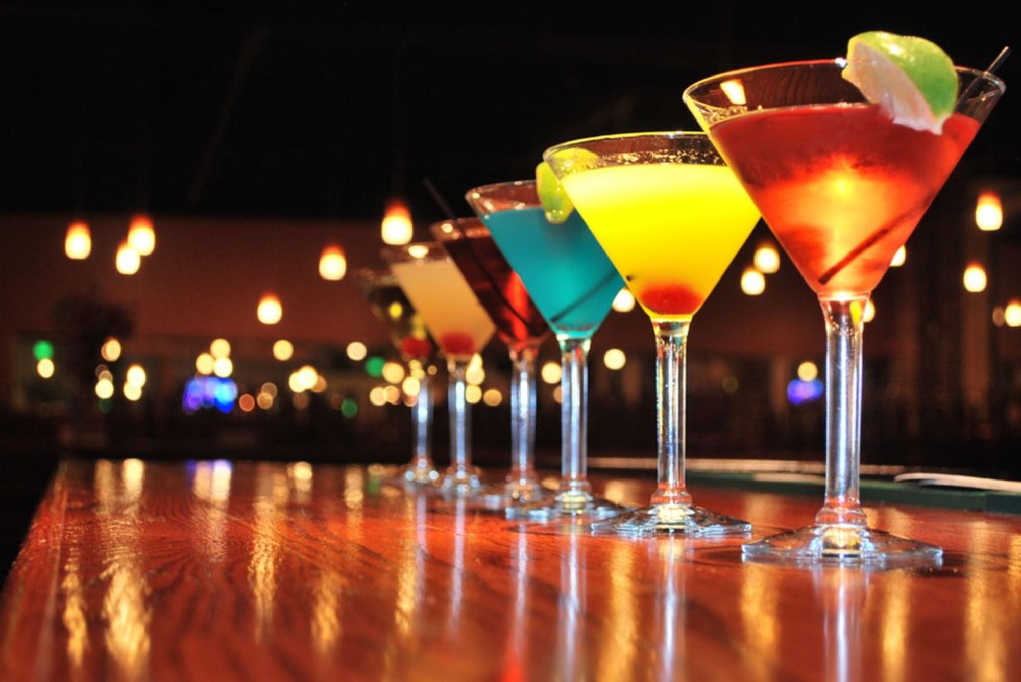 Бокалы с мартини в клубе