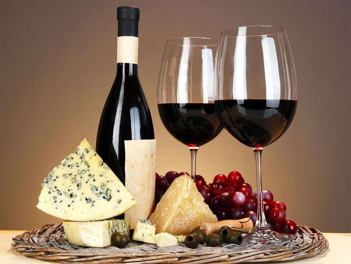 Вино в бокалах картинка