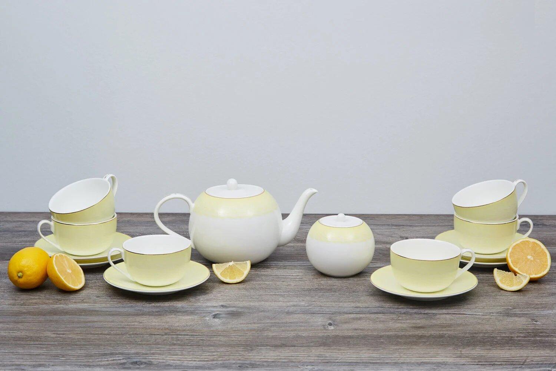 Чайный сервиз на столе