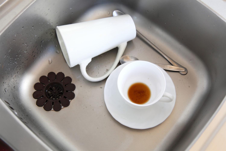 Фото чашек в раковине