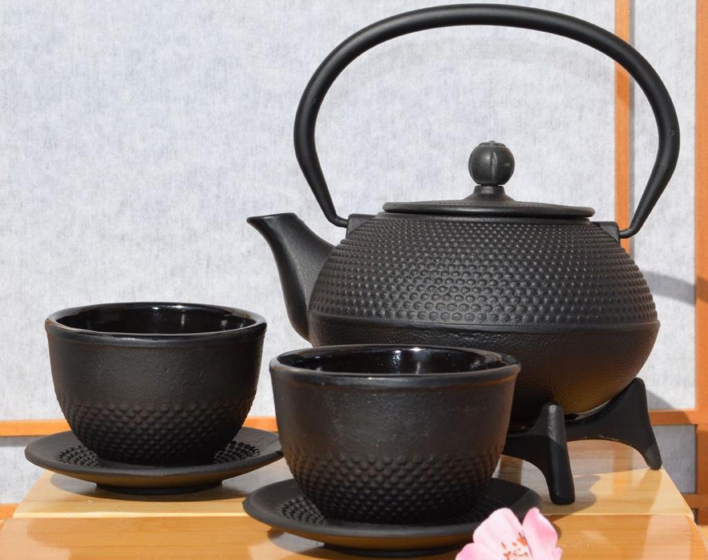 Чугунный чайник с чашками