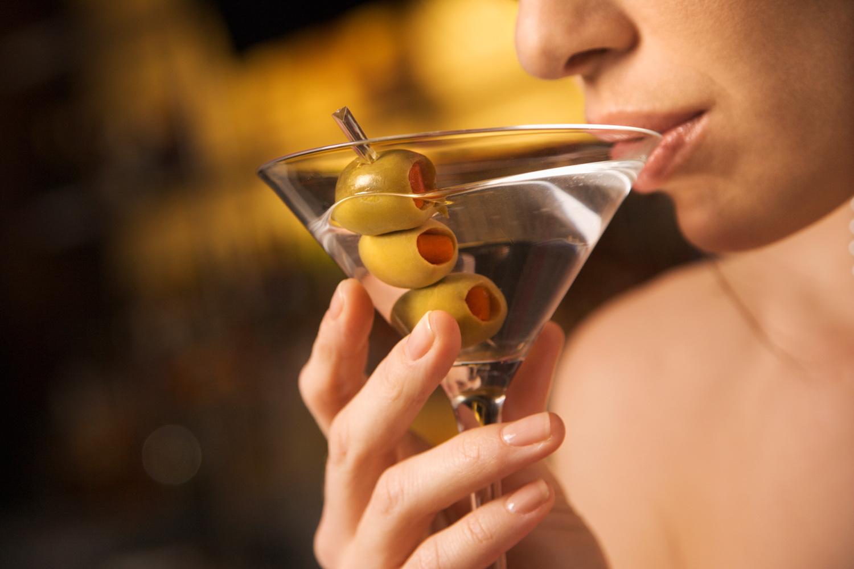Девушка пьет мартини