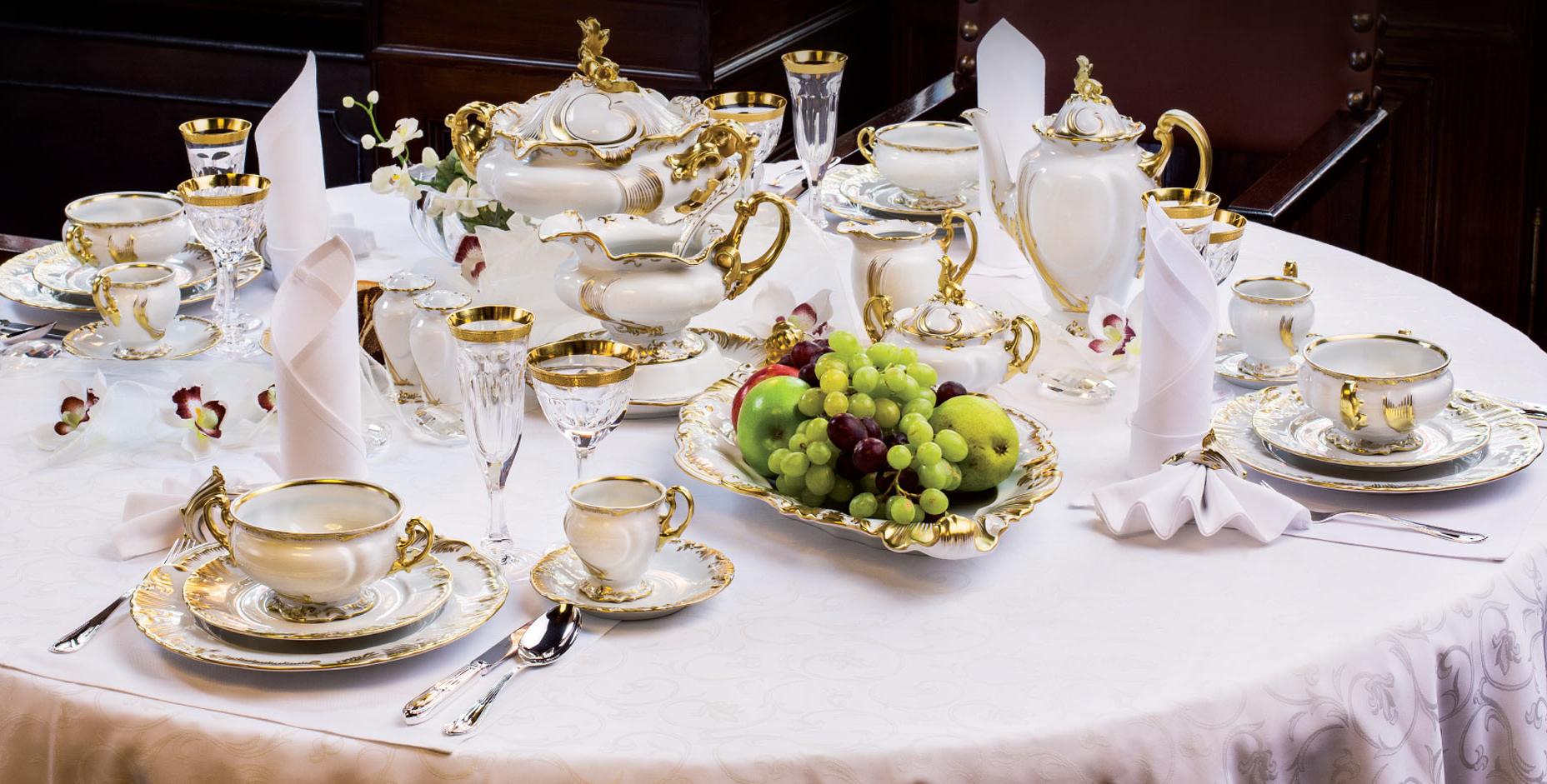 Фарфоровая посуда на столе