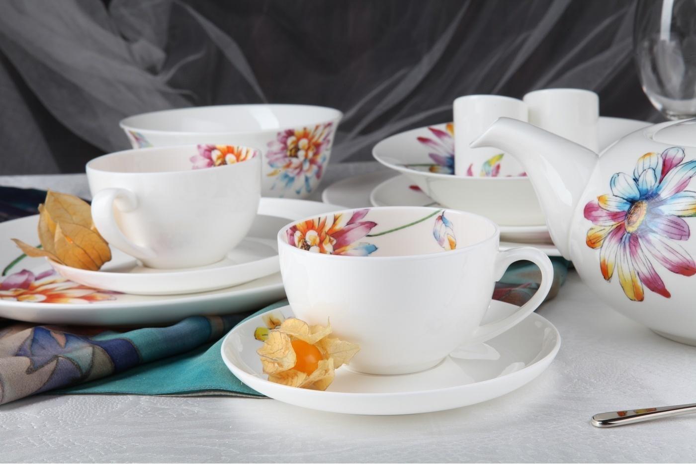 Фарфоровые чашки на столе