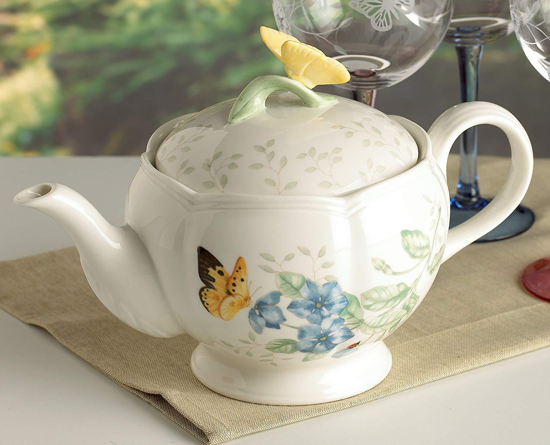 Фарфоровый чайник на столе