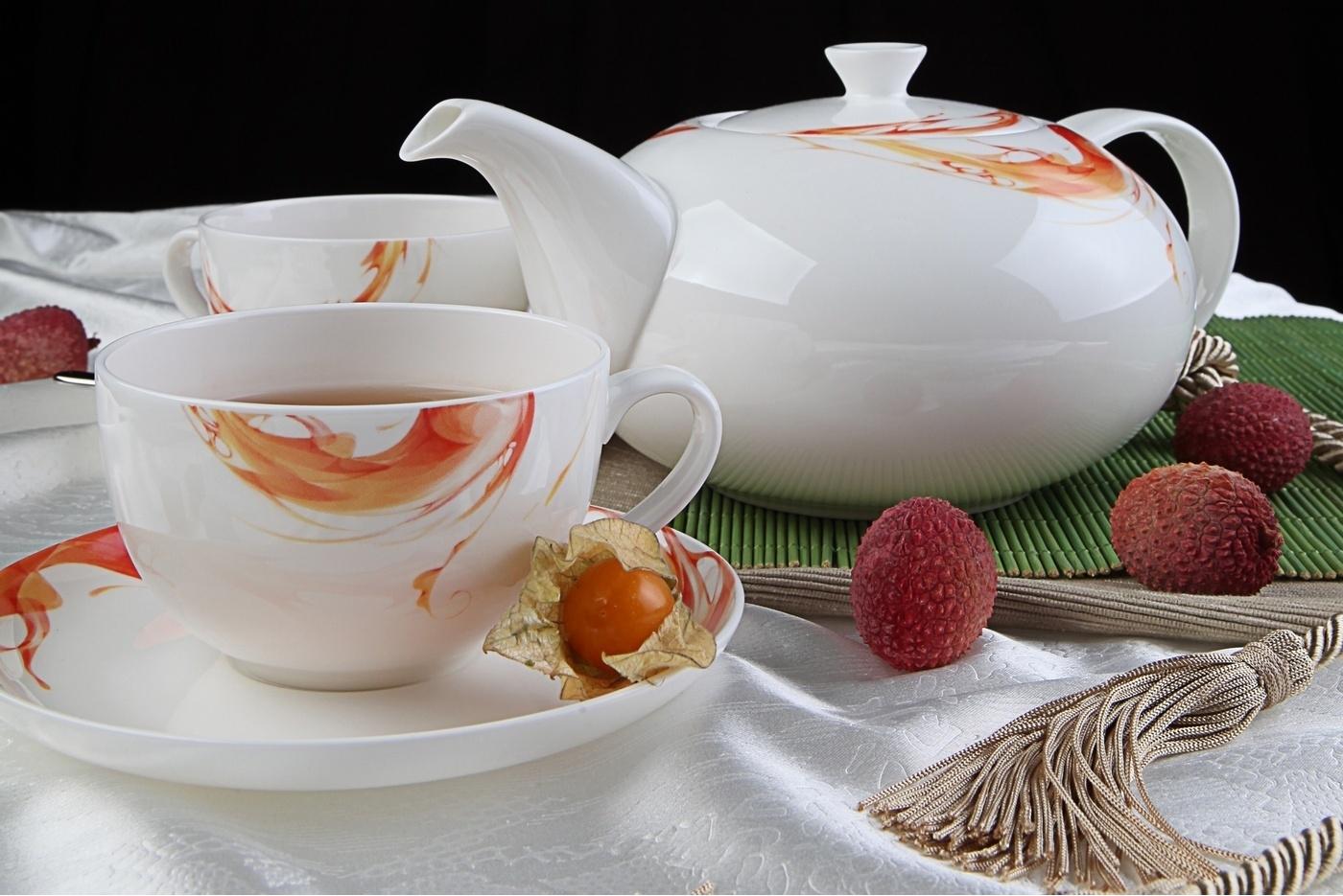 Фарфоровый чайник с чашкой