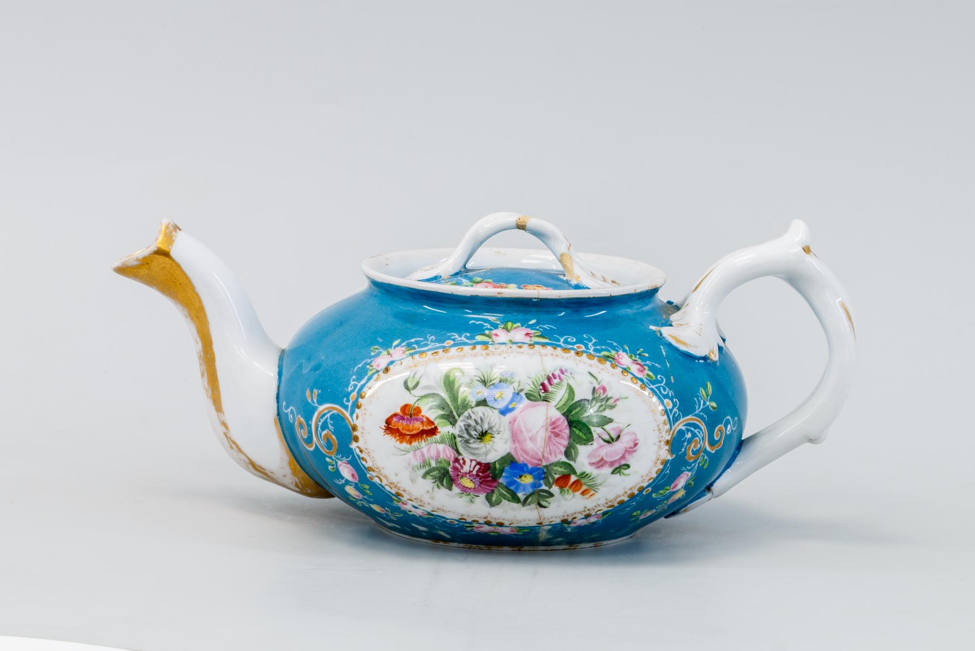 Фарфоровый чайник с рисунком