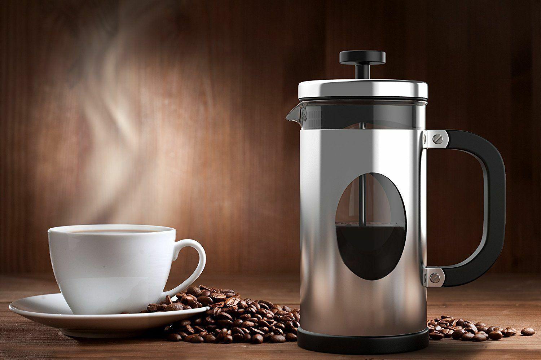 Френч-пресс с чашкой кофе