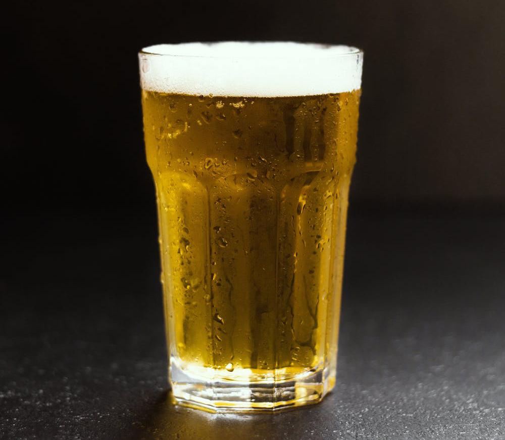 Граненный бокал с пивом