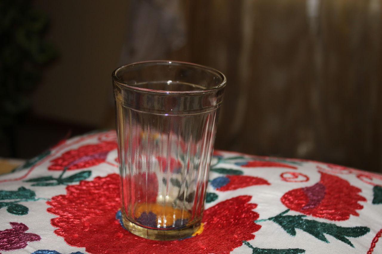 Граненый стакан на столе